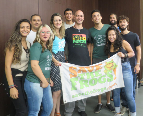 PUC Minas save the frogs